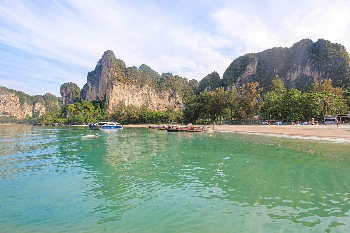 Hohe Felsen prägen den Railay Beach von Thailand