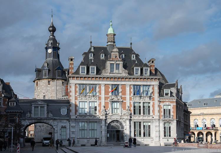 Rathaus mit Glockenturm von Namur