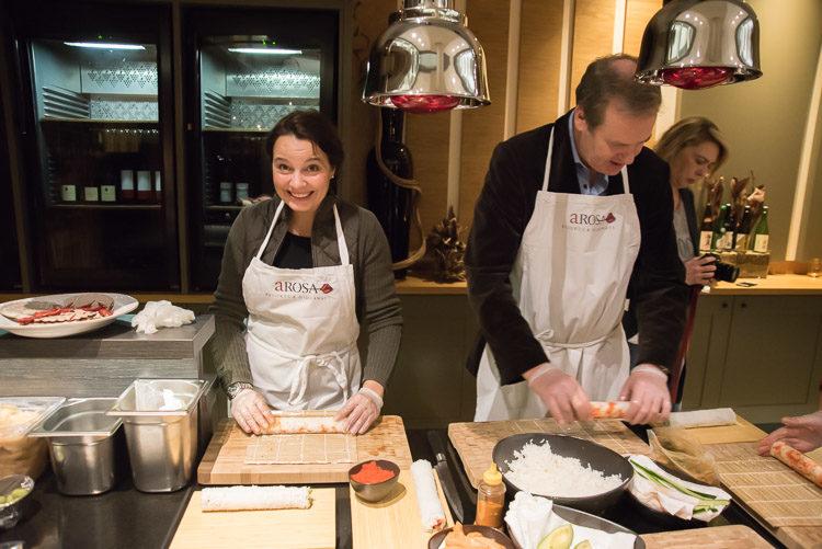 Sabine und Peter bei ihren ersten Sushiversuchen im Spices