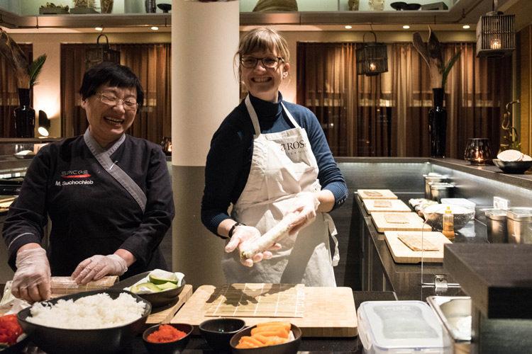 Späßchen im Spices. Die erste Sushirolle ist vollbracht! ©Foto: Sabine Bassier