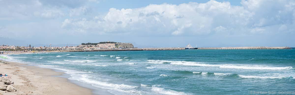 Strand von Rethymno mit Blick auf die Festung