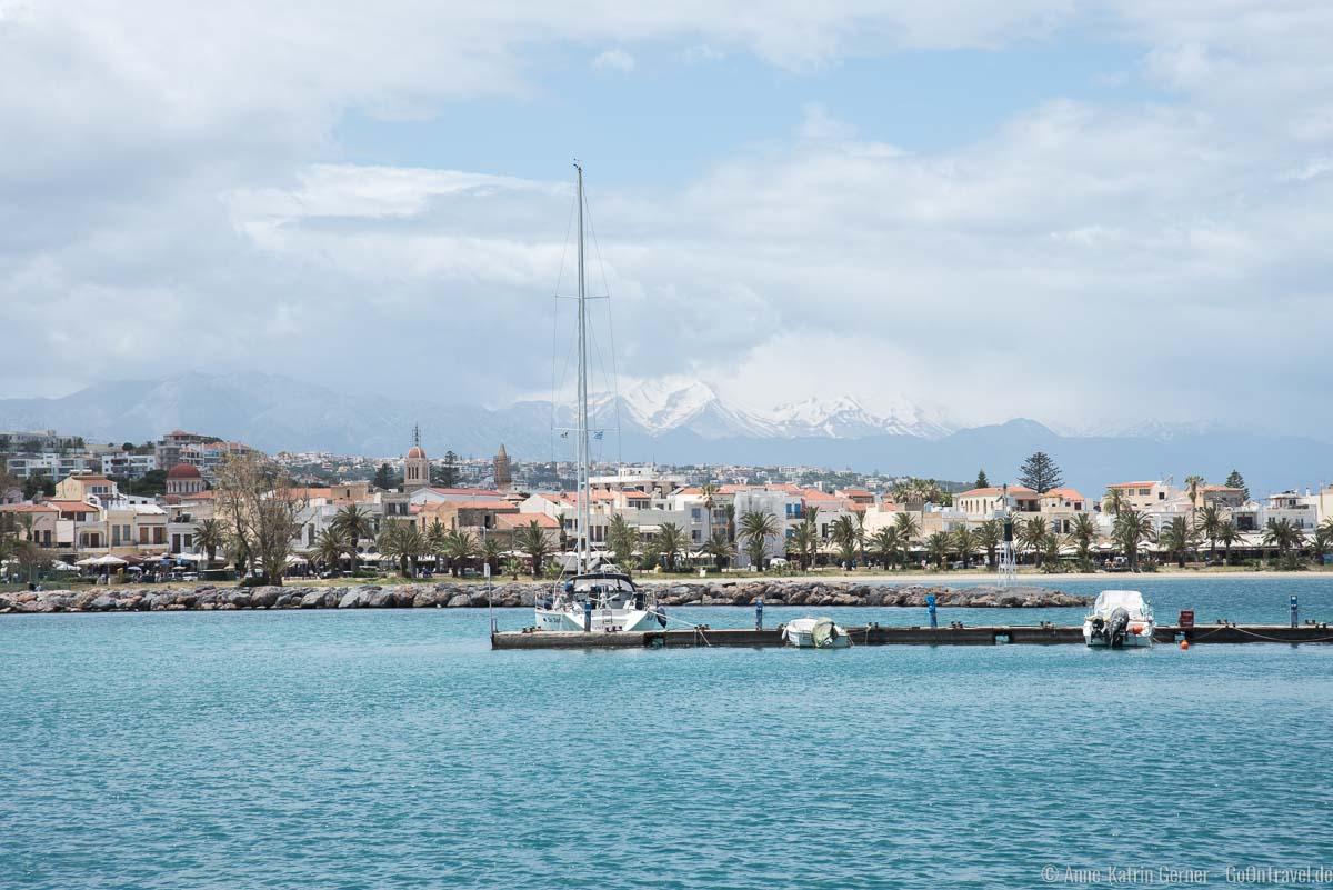 Rethymno und die weißen Berge im Hintergrund