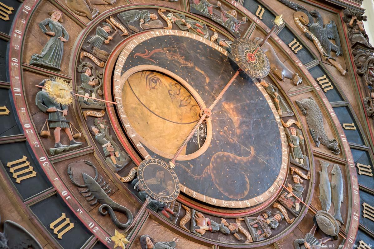 wunderschöne Details der Astronomischen Uhr Rostock
