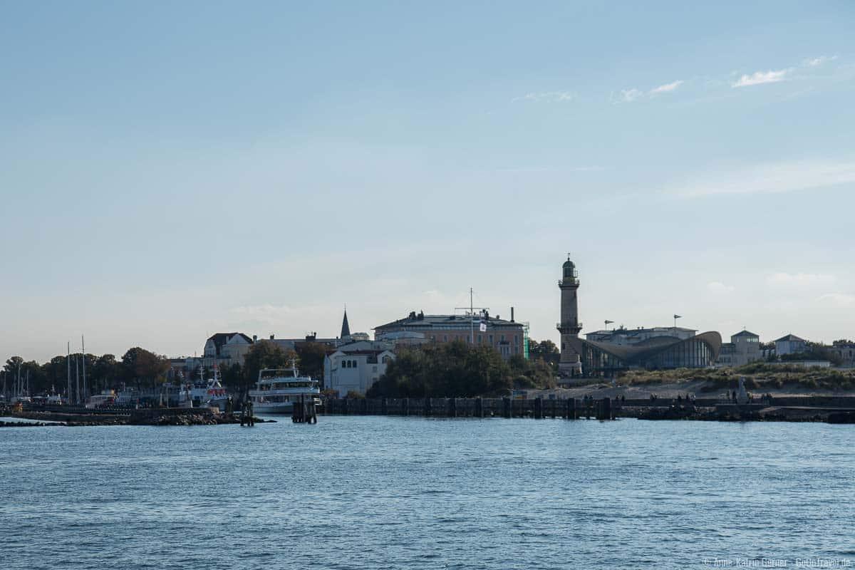 Teepott und Leuchtturm vom Schiff aus gesehen