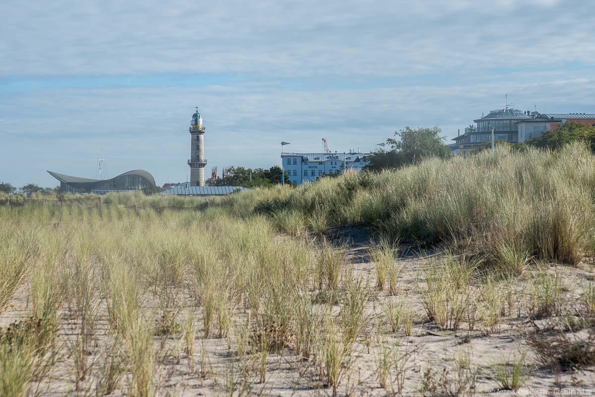 Blick vom Strandübergang zum Teepott und Leuchtturm