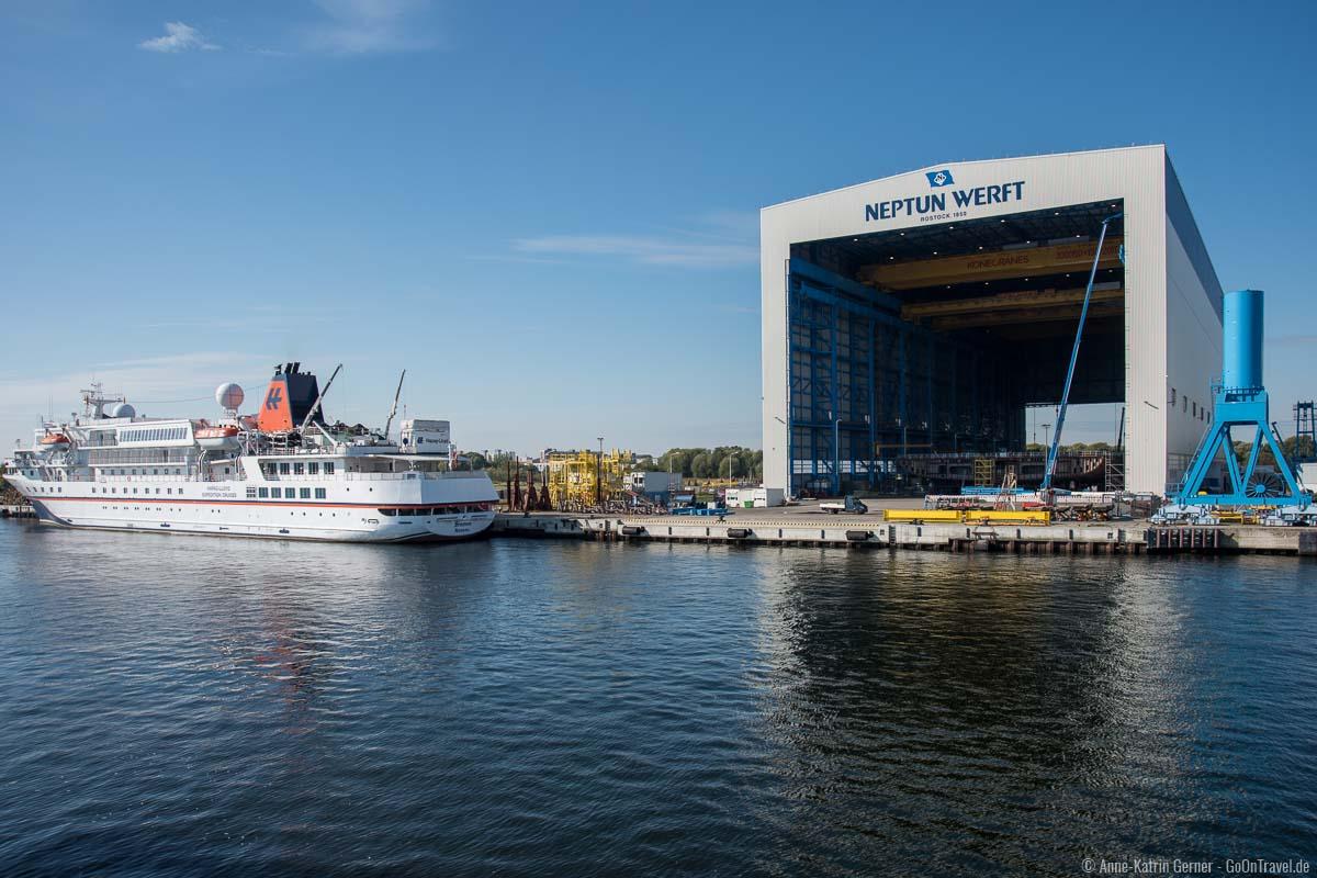Neptun Werft und Hapag Lloyd Kreuzfahrtschiff während der Hafenrundfahrt
