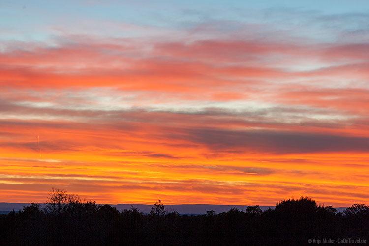 Der Himmel brennt in Orange und Rot