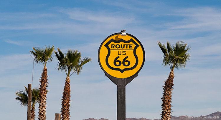 Gelbes Straßenschild der Route 66 in Kalifornien