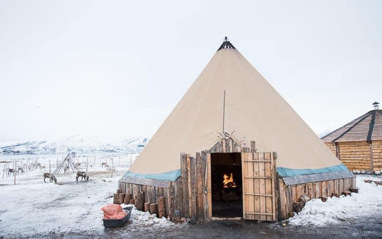 ein traditionelles samisches Lavvu