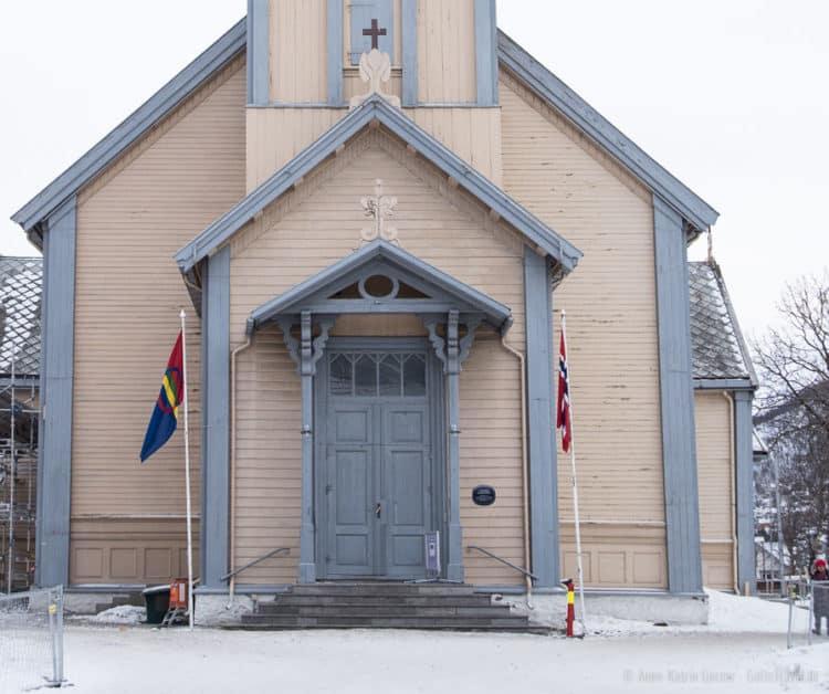 Die Flagge der Sámi (links) weht vor der Kirche in Tromsø.