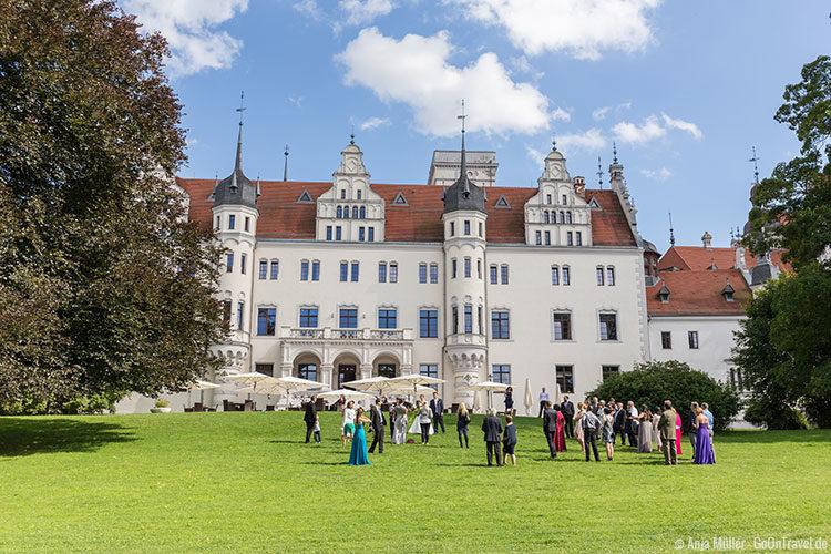 Eine Hochzeitsfeier vorm Schloss Boitzenburg