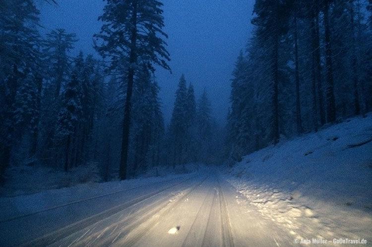 Der Weg zurück zur Unterkunft - Schneebedeckte Straßen