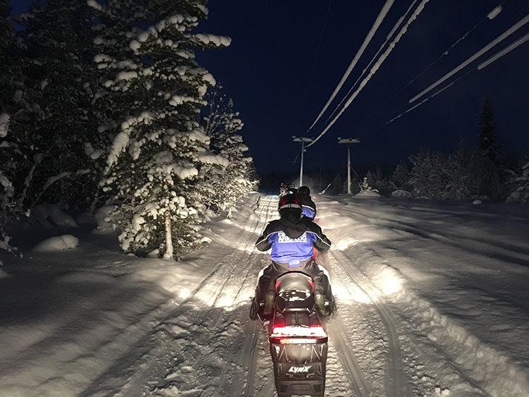 Schneemobil Tour durch Schwedisch Lappland
