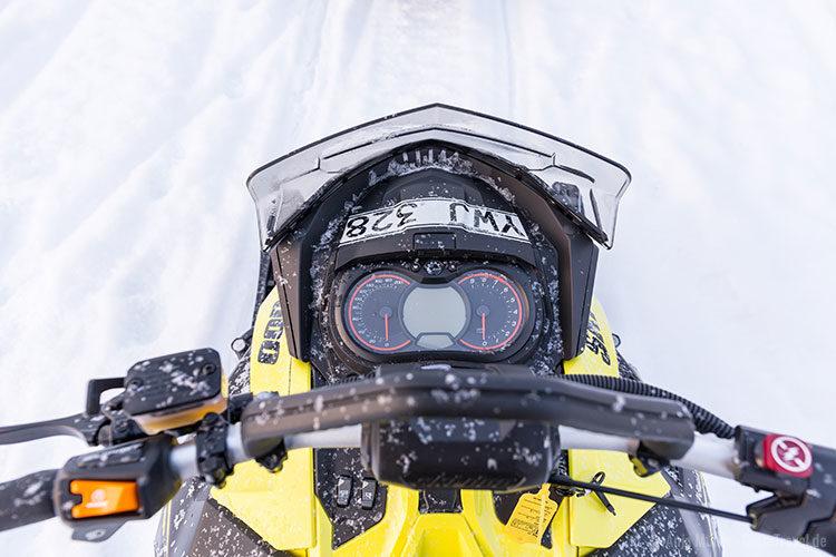 Blick auf die möglichen Geschwindigkeiten mit dem Schneemobil.
