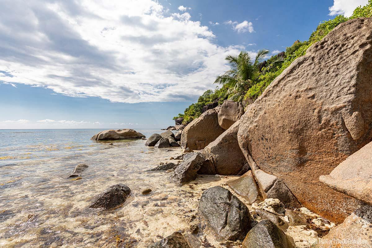 Typisch für die Seychellen, die Granitfelsen am Anse Louis