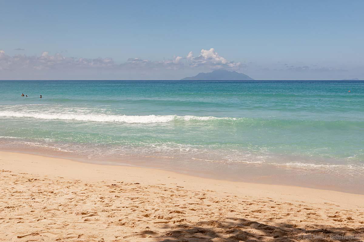 Am Beau Vallon Strand mit Blick auf die Insel Silhouette