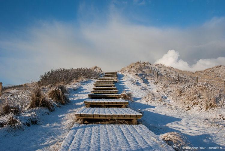 Sylt im Winter: Strandübergang Baakdeel im Schnee
