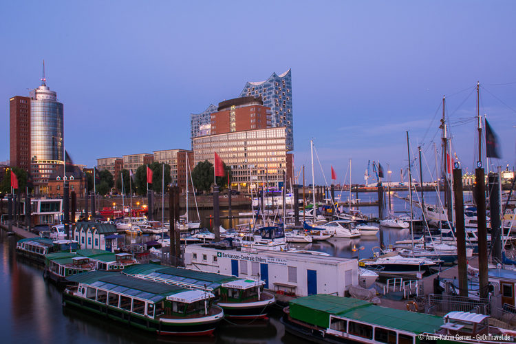Die Elbphilharmonie am Hamburger Sporthafen zur blauen Stunden
