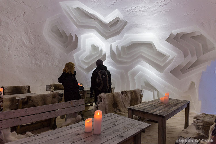 Der Speisesaal im Iglootel mit einem Querschnitt einer Rotalge als Wanddekoration.