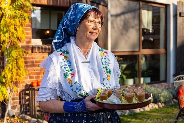 Die Spreewald-Christl begrüßt in Tracht ihre Besucher