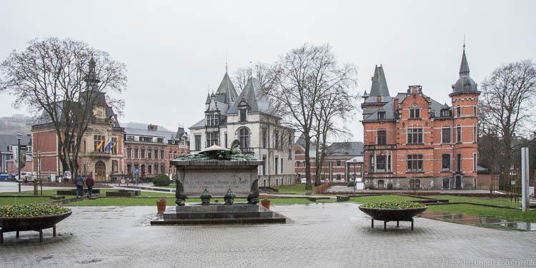 Rathaus (li.) und Villa Steisel (re.)