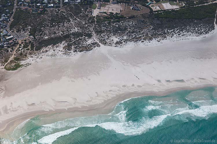 Blick auf einen Strand vom Hubschrauber aus