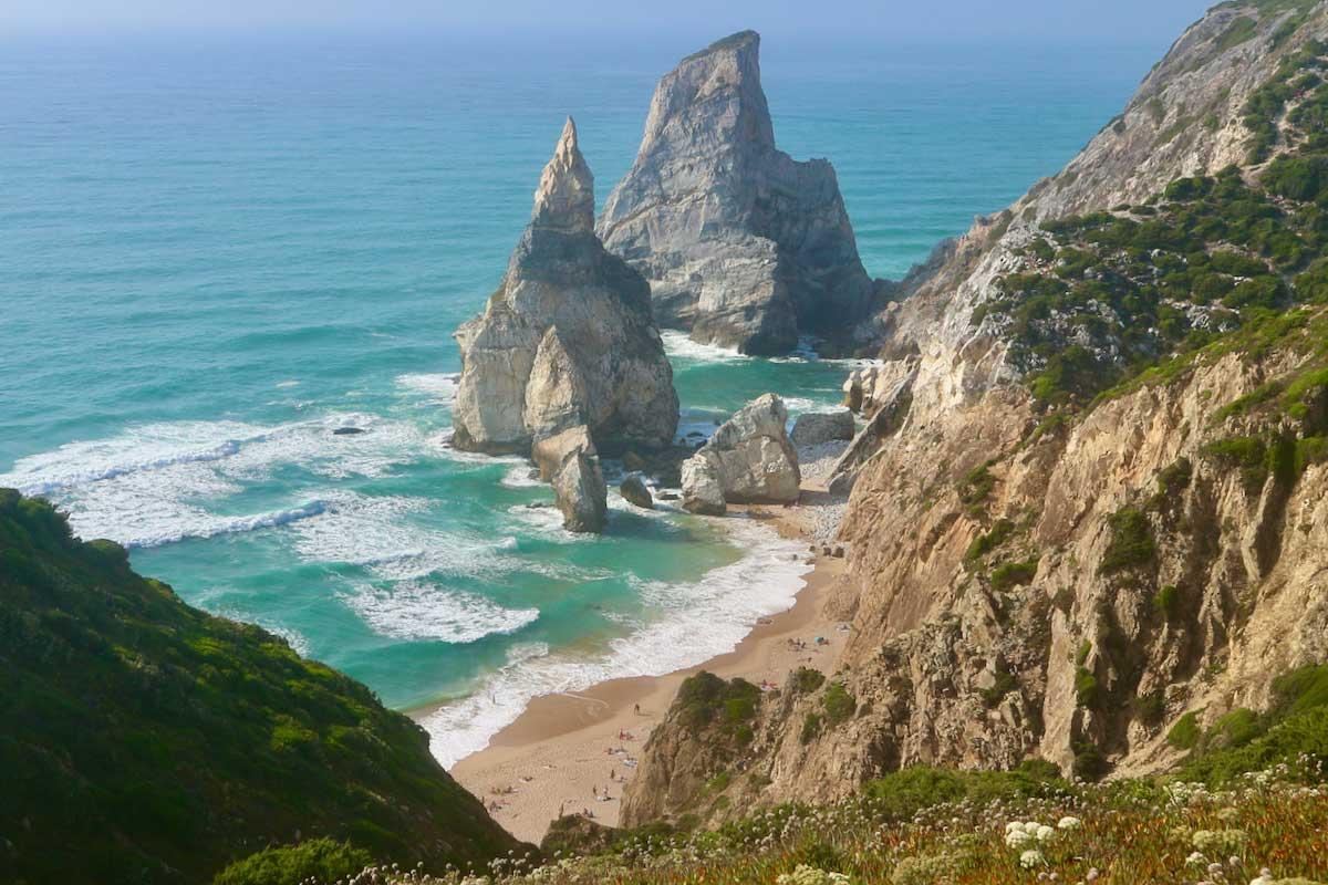 Der portugiesische Praia da Ursa mit Bärin und Riese