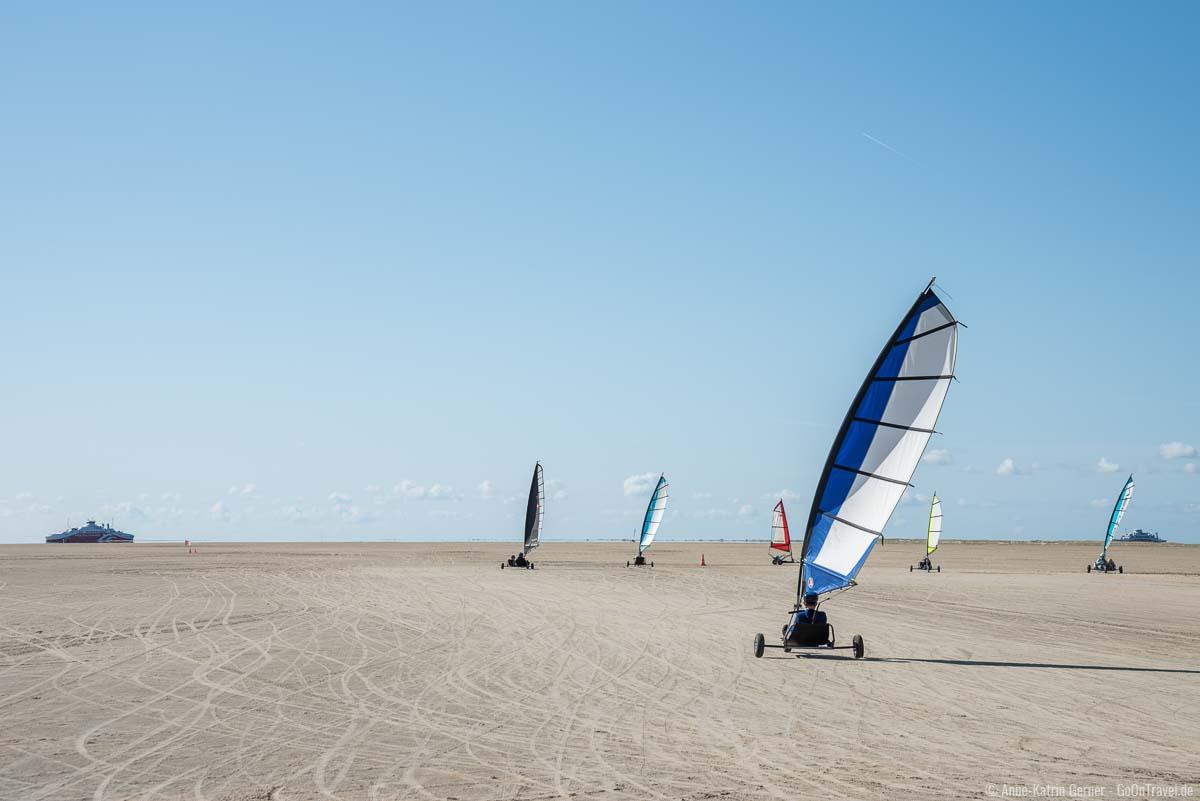 Strandsegler fahren auf Römö in Sønderstrand mit Blick auf die Syltfähre
