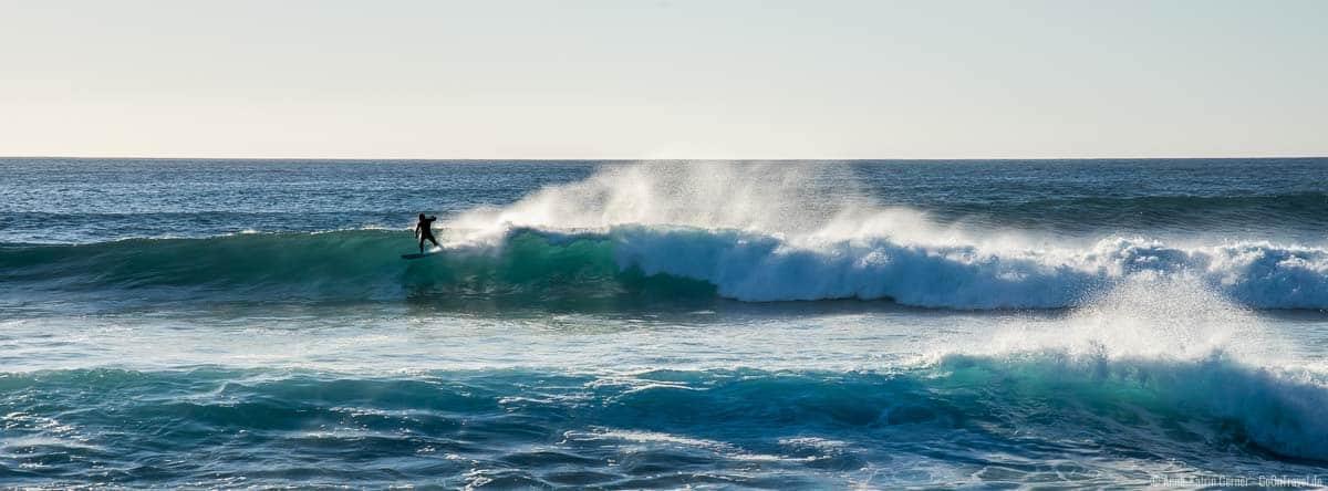 Surfer an der Nordküste von Lanzarote