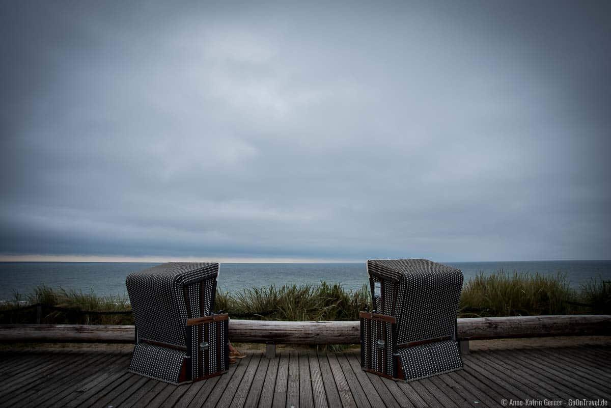 Den Regenschauer im Strandkorb mit Meerblick abwarten.