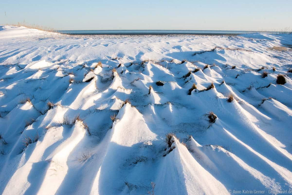 Schneeverwehungen am Wattstrand von Munkmarsch