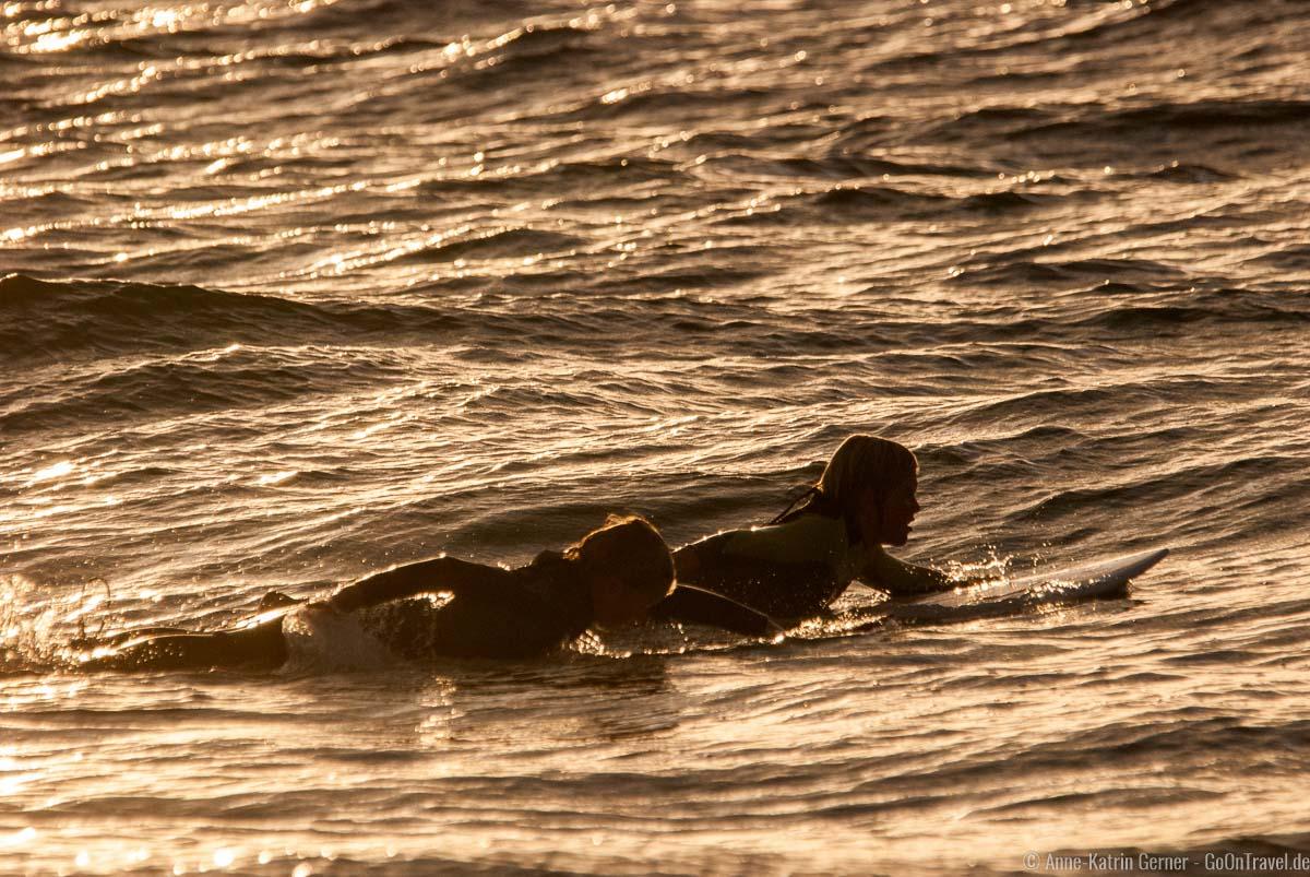 Kleine Sylter Surfer im Abendlicht