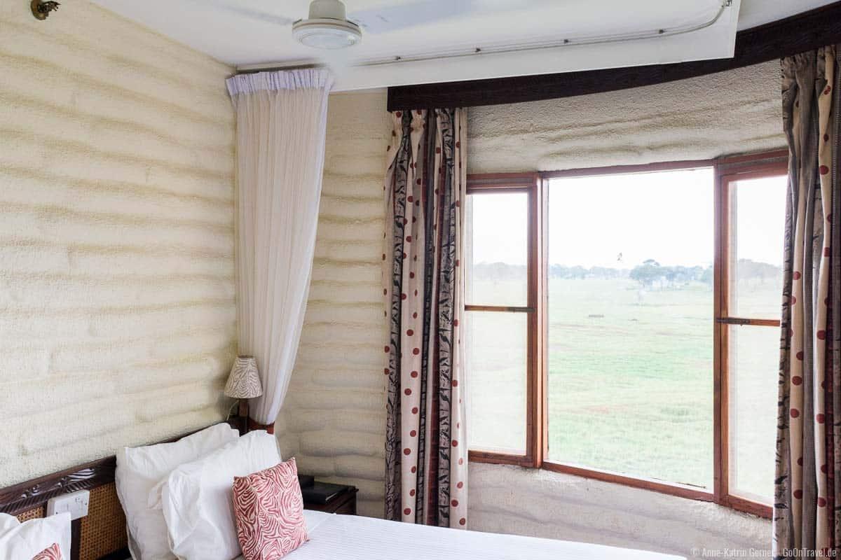 rundes kleines Doppelzimmer mit Fenster und Ventilator