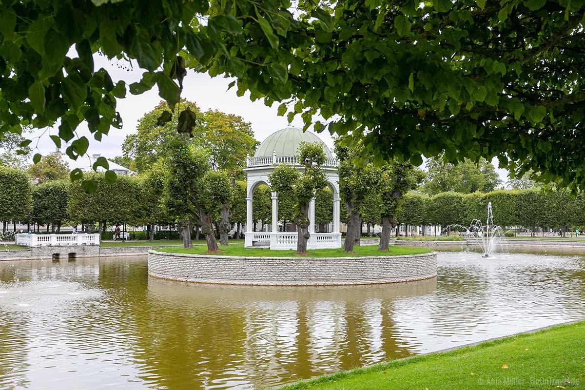 Schwanenteich mit Pavillon im Kadrioru-Park