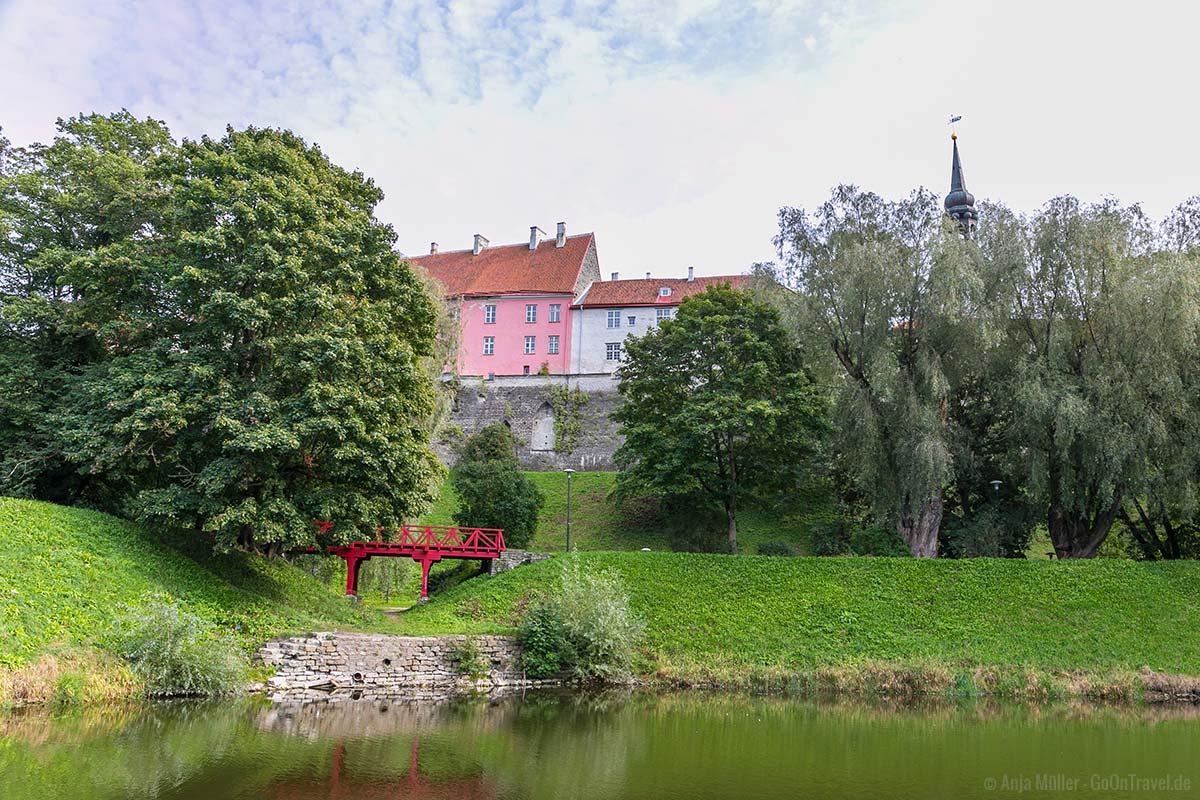 Der Schnelli Park mit Blick auf die Stadtmauer von Tallinn