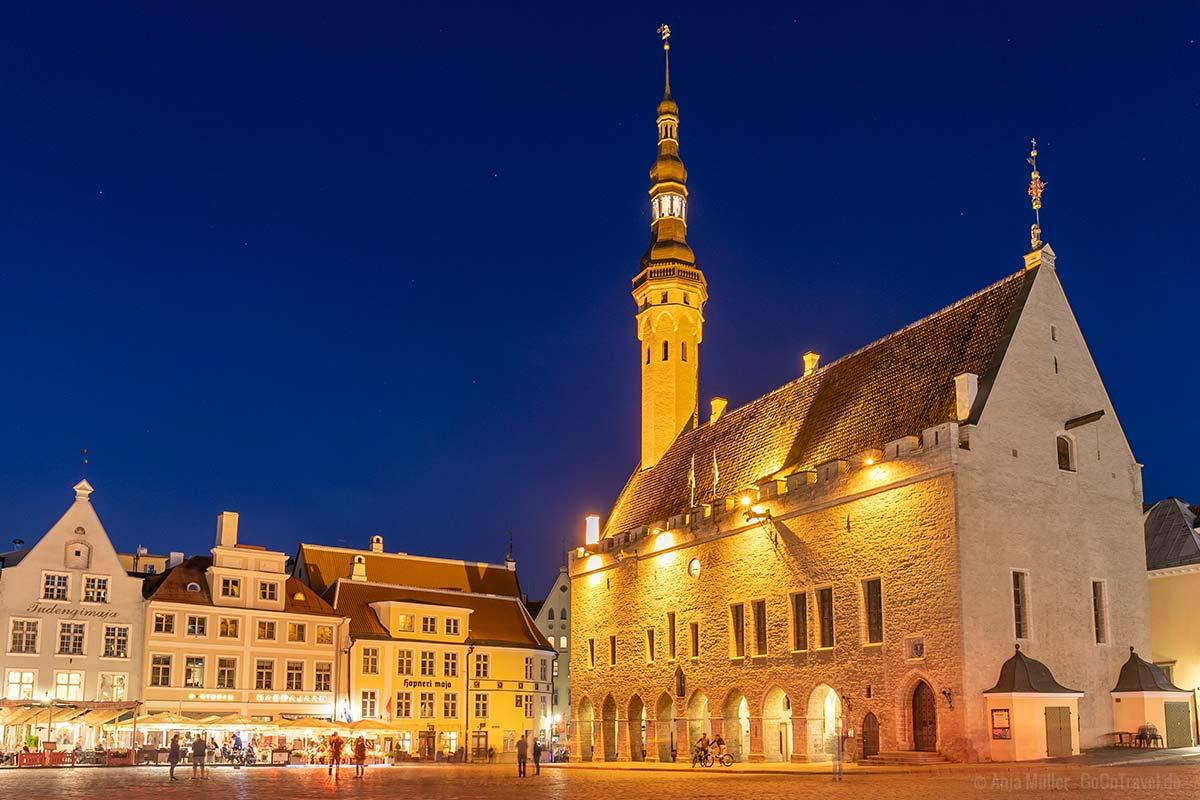 Das Rathaus von Tallinn am Abend