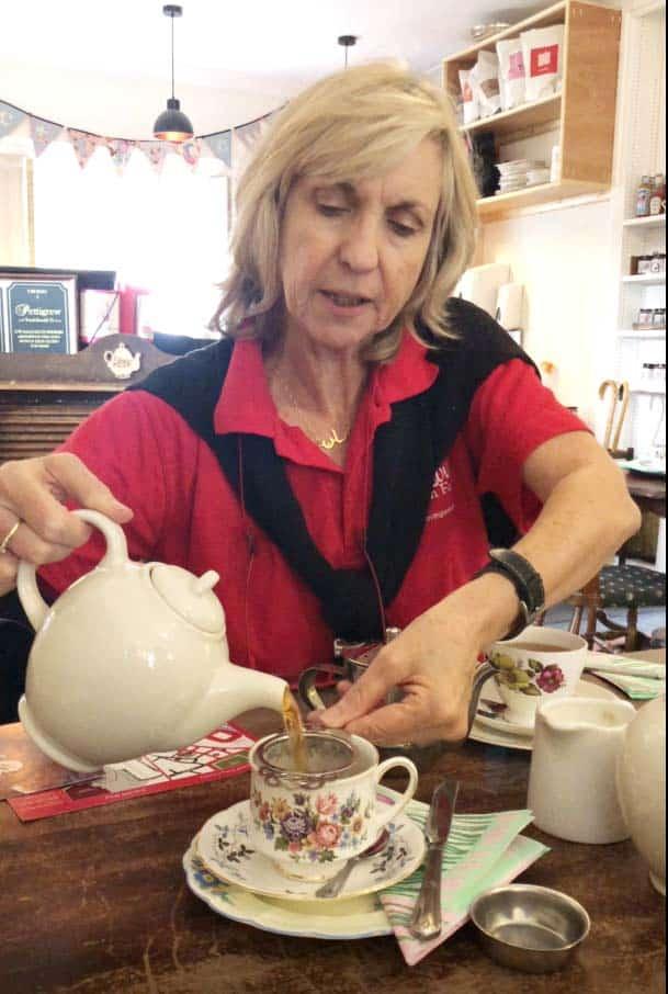 Sian erklärt das Einschenken von Tee