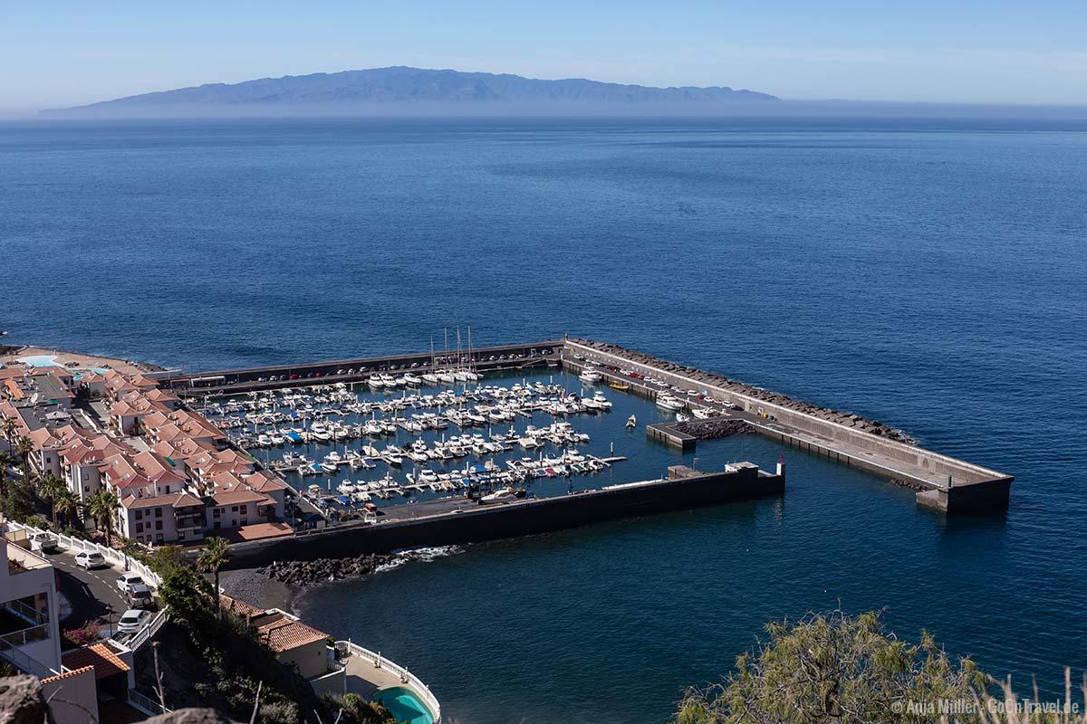 Der Hafen von Los Gigantes und La Gomera im Hintergrund