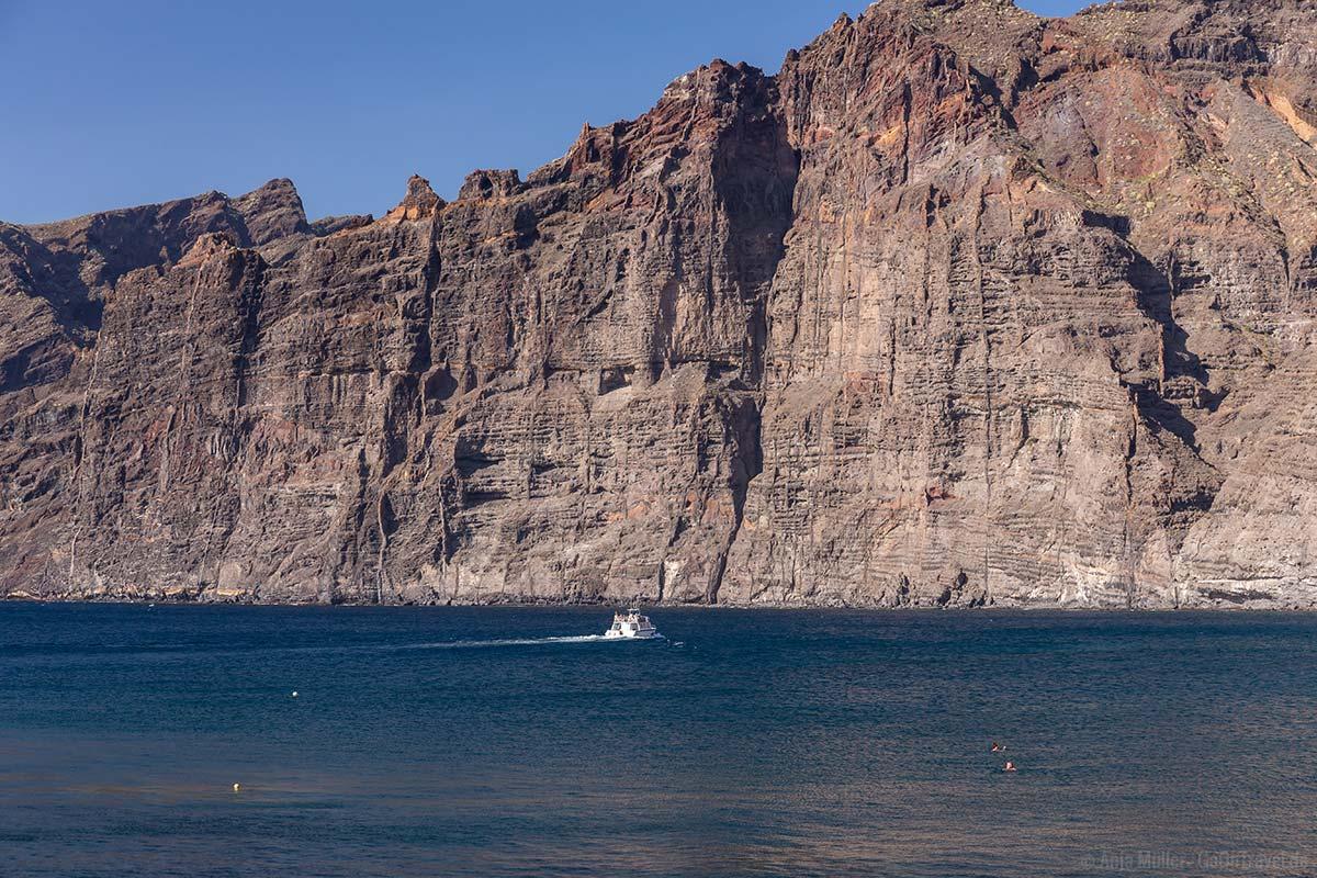 Blick auf die Steilküste vor Los Gigantes vom Strand aus