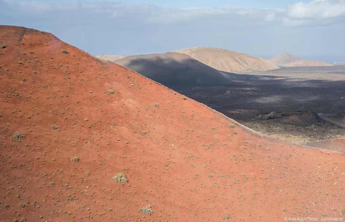 Spiel aus Wolken, Schatten und Sonne auf Vulkanboden