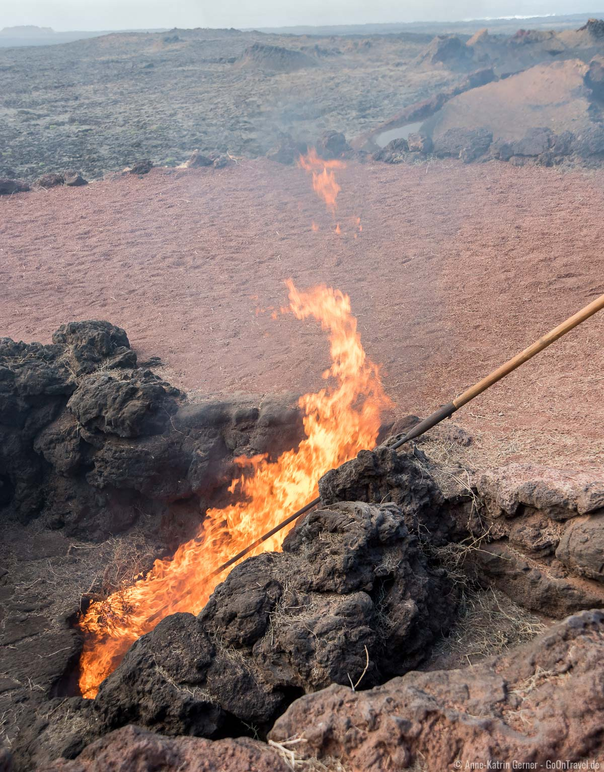 geothermische Vorführung: die Erdwärme entfacht in sekundenschnelle Feuer