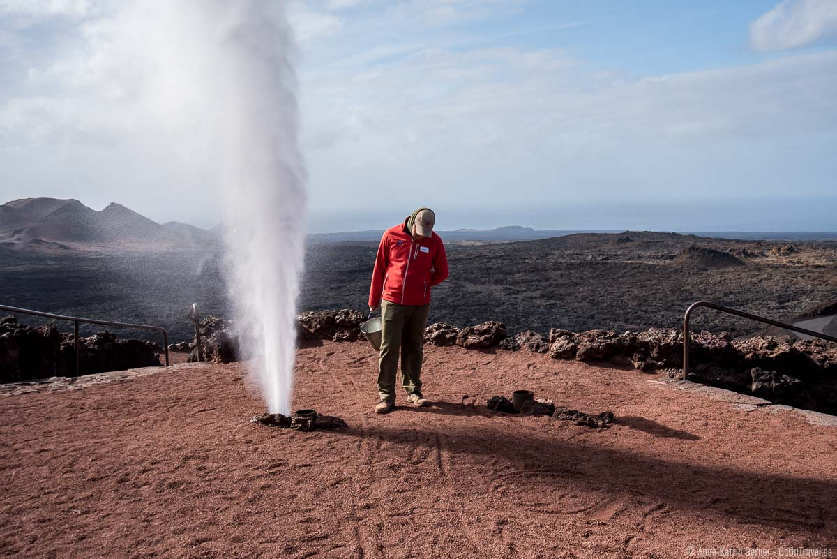 Die Erde ist so heiß, dass sie Wasser in sekundenschnelle in Dampf verwandelt.