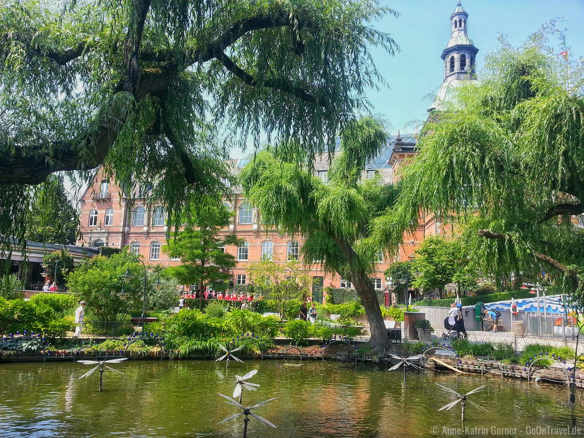 Das Rathaus von Kopenhagen schaut hinterm Tivoli hervor.