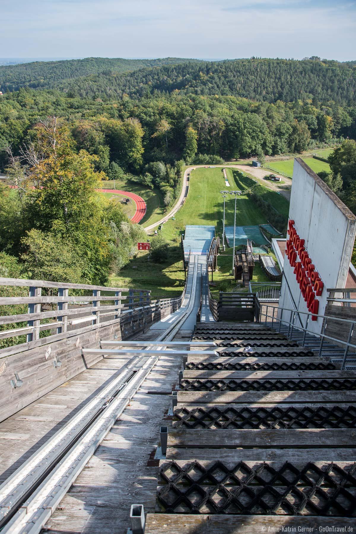 Blick vom Schanzenturm in die Ski-Arena und ins Jahnstadion