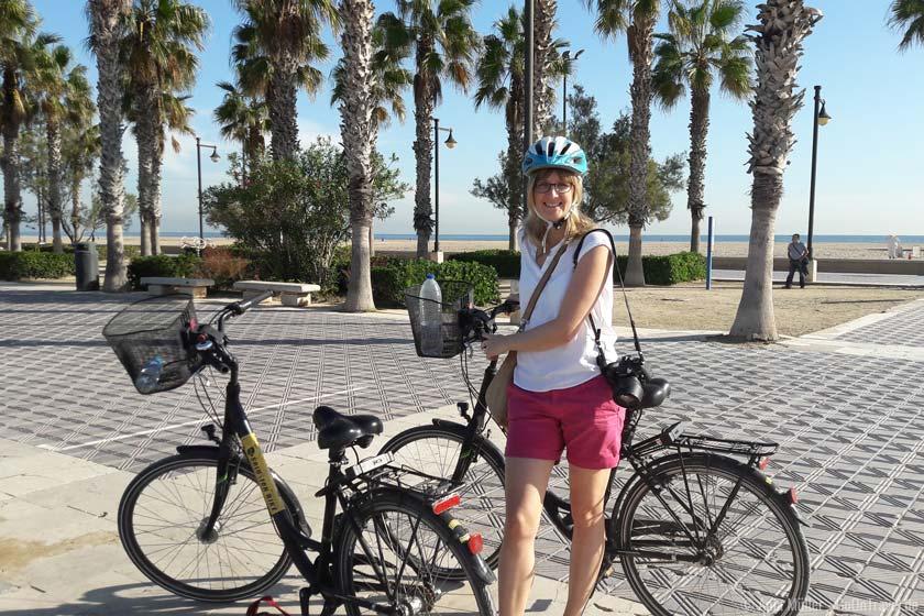Radfahren entlang der Strandpromenade von Valencia