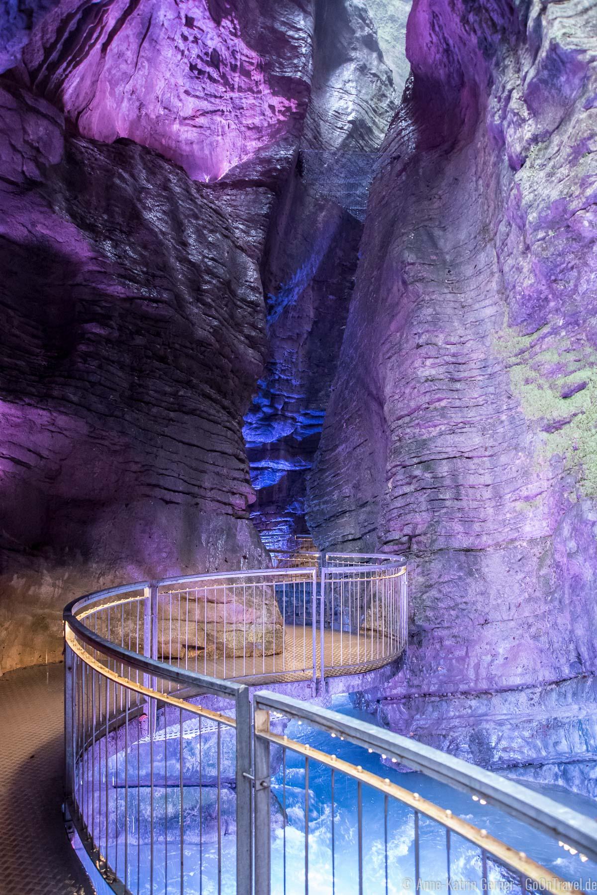 Geschwungener Weg zur unteren Grotte