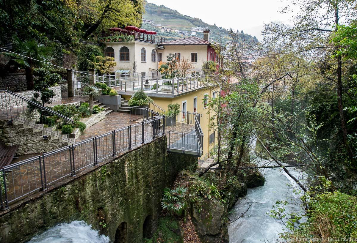 Der Wasserfall wird zu einem rauschenden Fluss