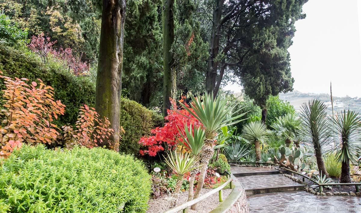 Der botanische Garten zwischen der oberen und unteren Grotte