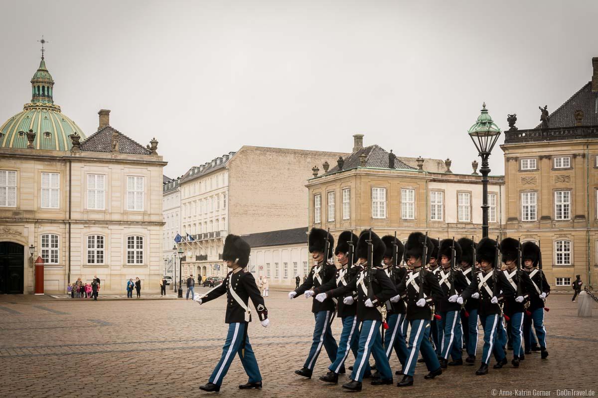 Wachablösung mit wenigen Besuchern auf dem Schlossplatz
