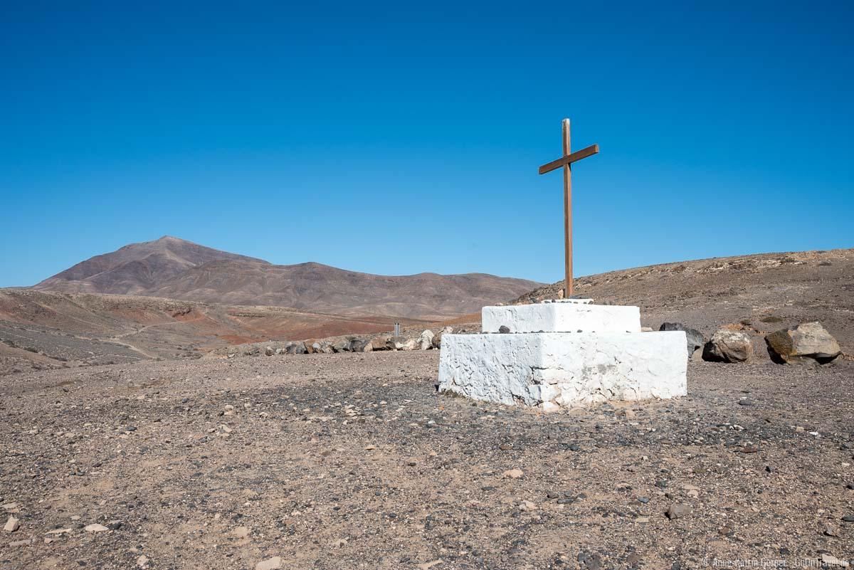 Kreuz der ehemaligen Kathedrale von San Marcial und im Hintergrund das Ajachesgebirge